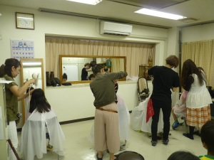 美容師が子供たちのヘアカットをしている写真