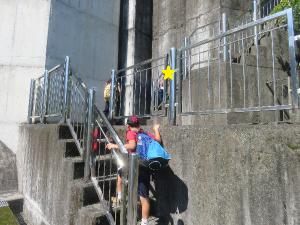 階段を上る子どもの写真