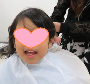 髪を切ってもらう児童たち5