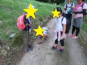 足跡を見つけた子どもたちの様子