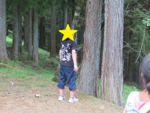 遠吠えをする子どもの写真
