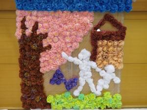 花飾りで桜の木と子どもが描かれている