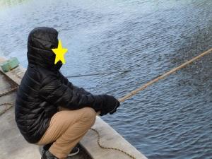 ダウンコートを着て釣りをする姿