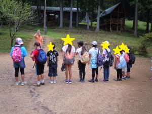 管理人さんの前で一列に並ぶ子どもたちの写真