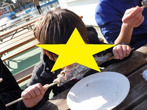 焼き魚にかぶりつく