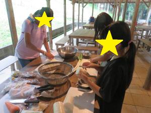 食材を扱う子どもたちの写真