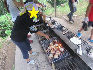 食材をグリルする子どもの写真