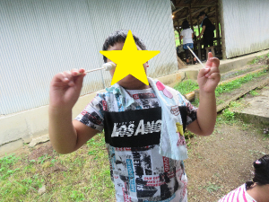 焼きマシュマロを堪能する子どもの写真
