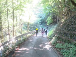山道を下る子どもたちの写真