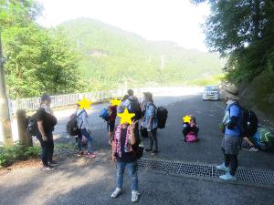 山道を下る子どもたちの写真2