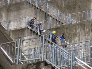ダムの階段を下っていく様子