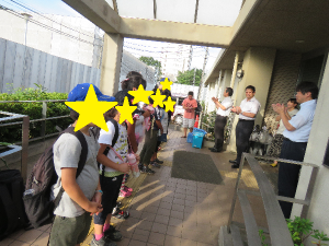 学園に到着し、一列に並ぶ子どもたちの写真