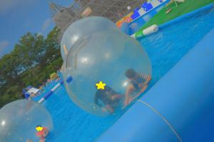 ウォーターバルーンで遊ぶ子どもたちの写真