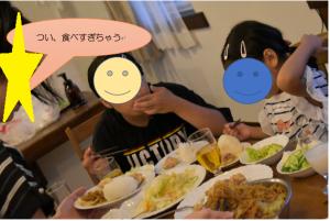食卓を囲む子どもたちの写真