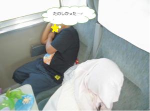 疲れ果てて眠ってしまった児童の写真