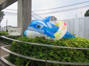 イルカ型の大きなプール用遊具の写真