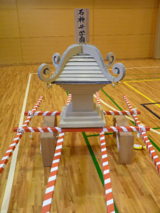 ダンボールで作られたお神輿の写真