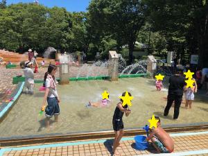 プールで遊ぶ子どもたちの様子