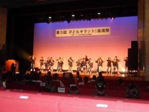 ステージで踊っている写真