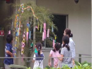 七夕飾りと子供たちの写真