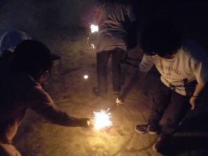 手持ち花火をしている写真