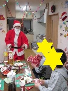 サンタさんがプレゼントを配る様子2