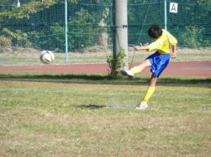 サッカーボールをけっている写真
