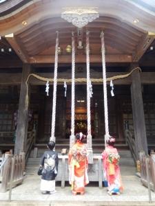 氷川神社でお参りをしている写真