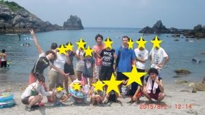 海の前で集合写真