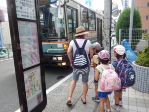 バス待ちをしている写真