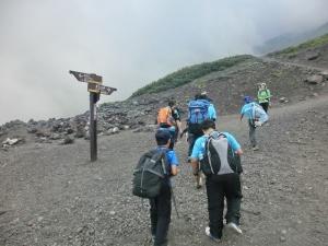 富士山を登っている写真
