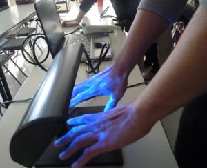 センサーの光で手の汚れが浮き上がっている写真