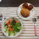 ベビーリーフとトマトのサラダの写真