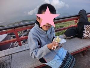 カップラーメンを食べている写真
