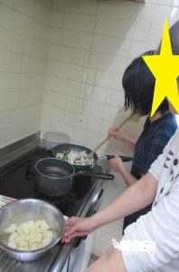 食材を炒める写真