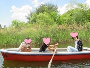 ボートをこぐ写真