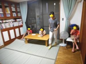 子どもたちがテレビを見ている写真