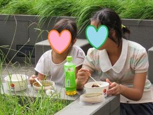 ご飯を食べている写真